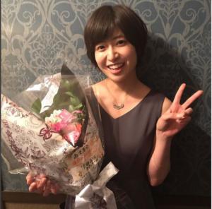 花束を抱える南沢奈央