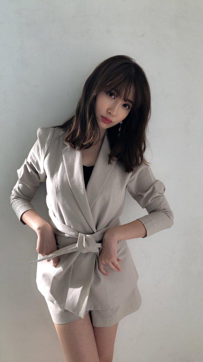 小嶋陽菜・渡辺麻友が卒業後初共演でコスプレと歌を披露